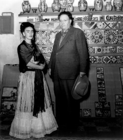 in_atelierul_din_casa_azul,_diego_si_frida,_intre_piese_ale_culturii_prehispanice